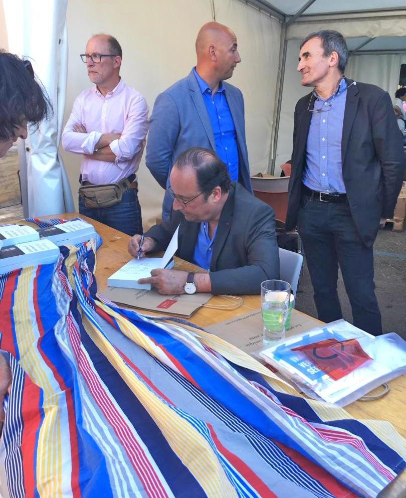 François Hollande en signature non loin de là...